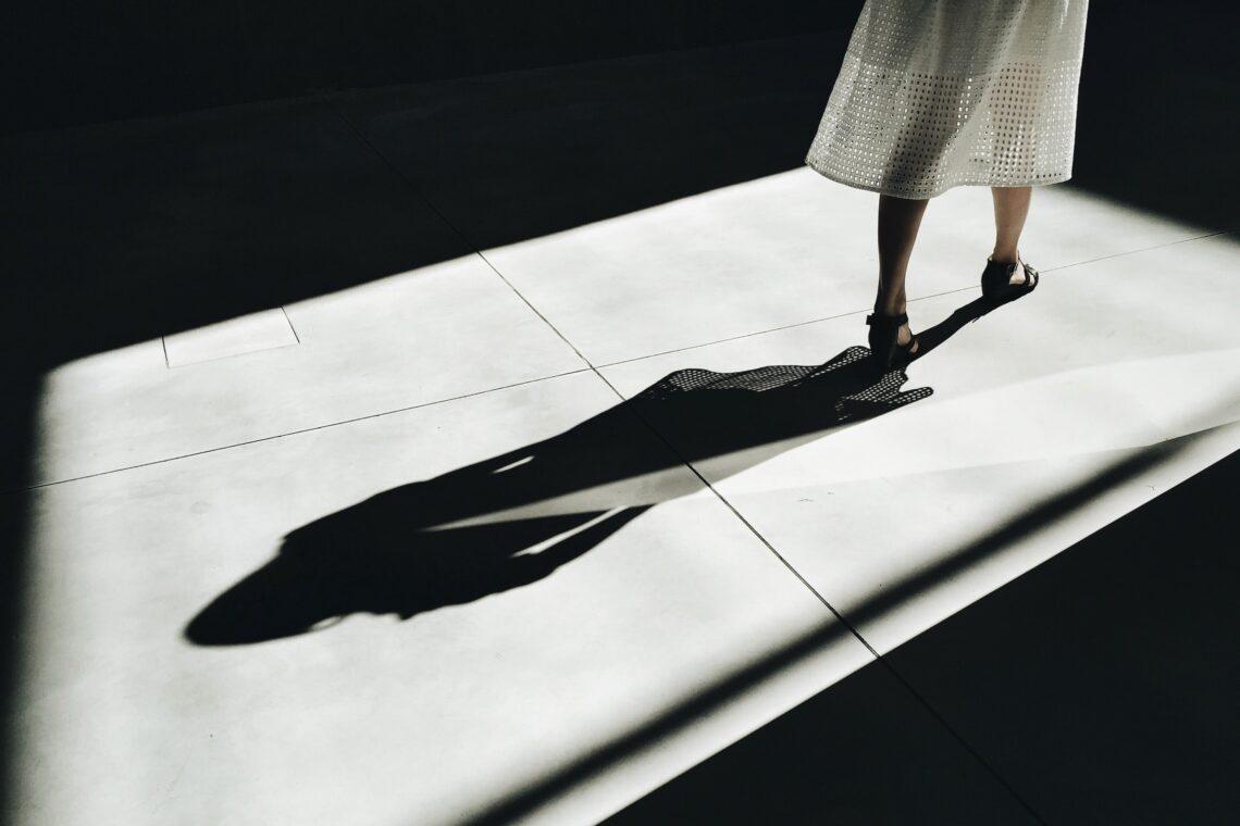 una ragazza vestita di bianco