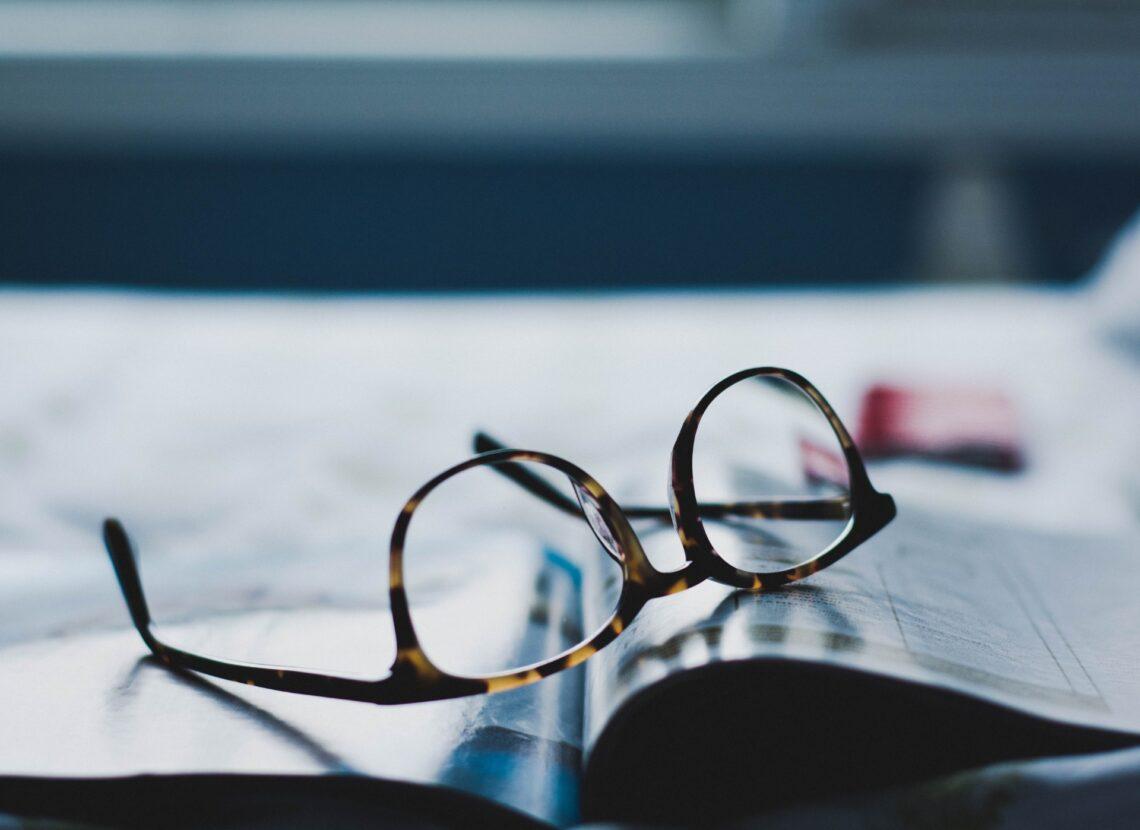 un paio di occhiali di tartaruga