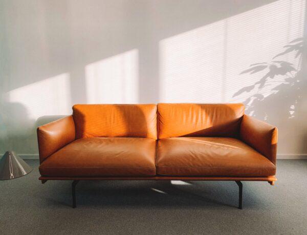un divano di pelle marrone