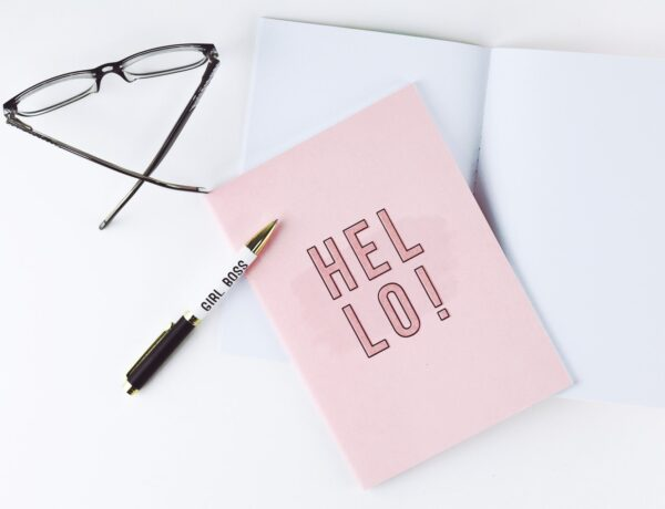 occhiali, penna e taccuino