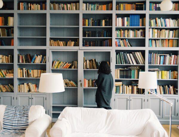 una donna davanti a una libreria