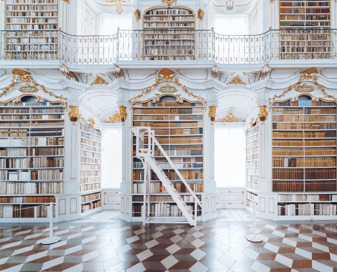 una biblioteca antica