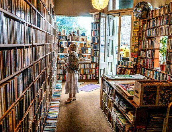 una donna in una libreria