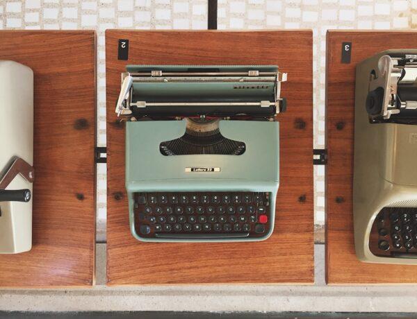 una macchina da scrivere Lettera 22 Olivetti