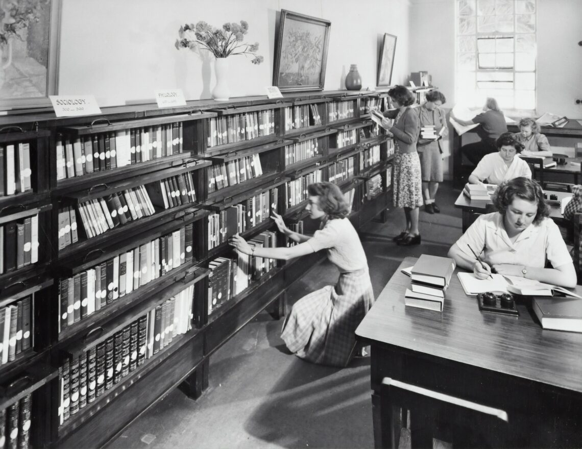 un gruppo di donne studia in biblioteca