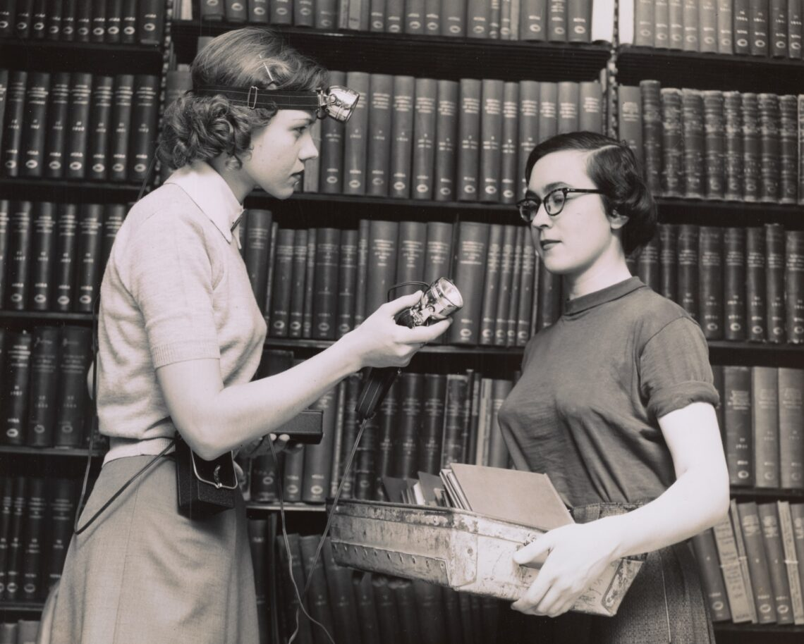 foto d'epoca di due donne in biblioteca