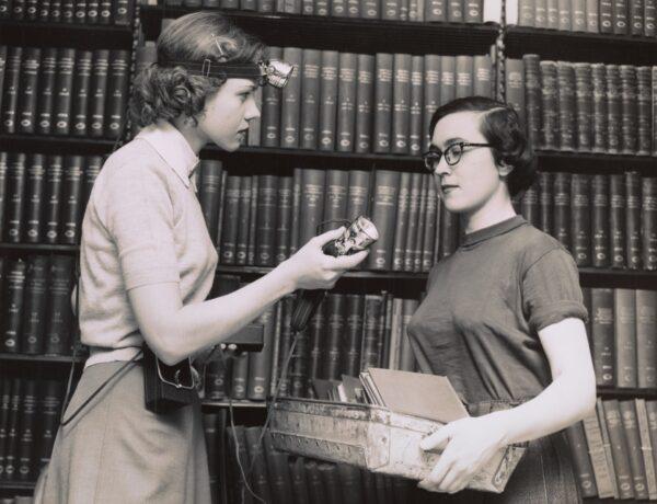 foto d'epoca di due donne in biblioteca