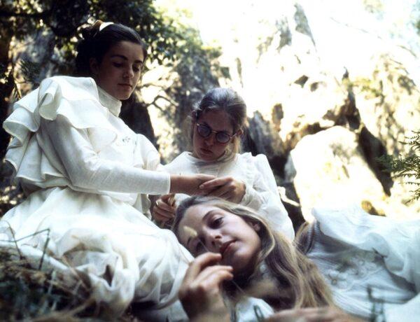 un gruppo di ragazze vestite di bianco su un prato: una scena del film picninc a hanging rock di peter weir