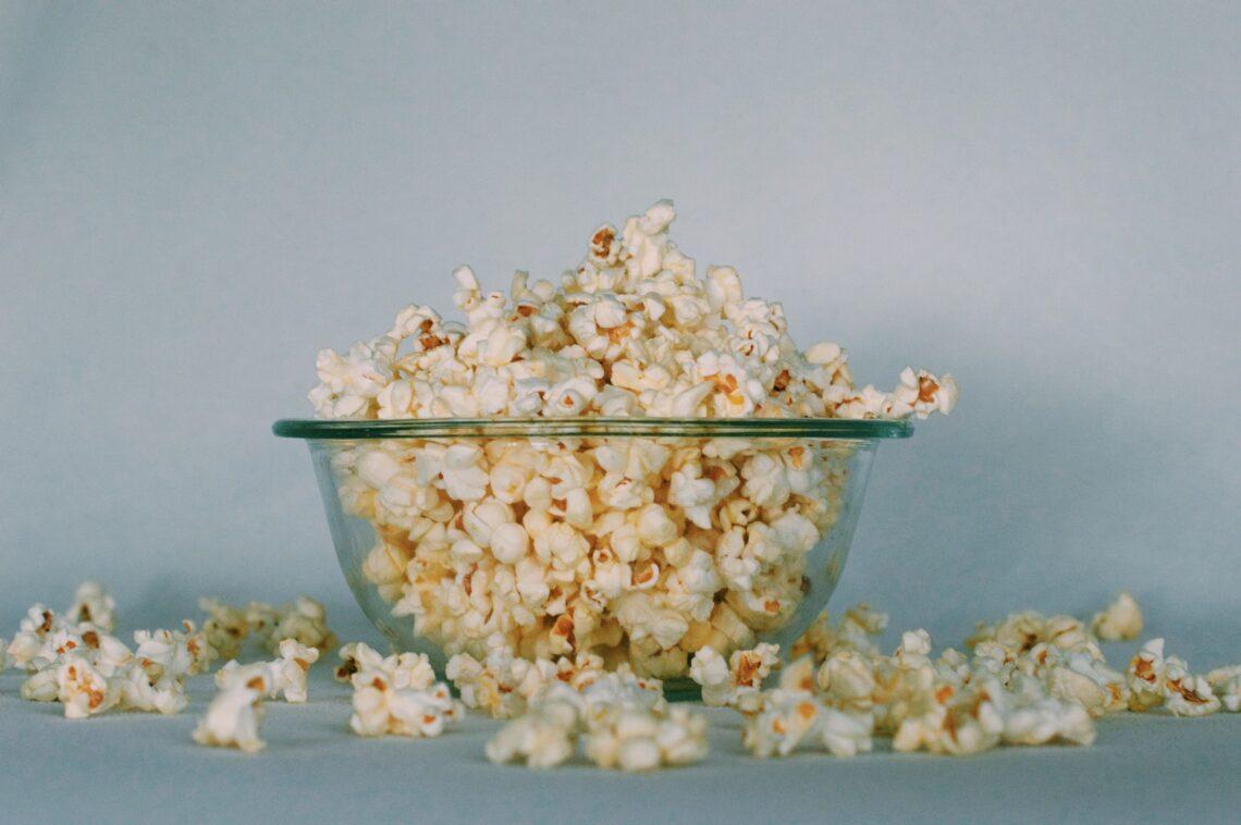 una ciotola piena di popcorn