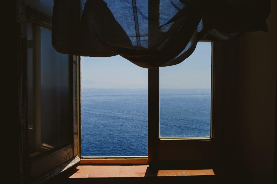 una finestra aperta che affaccia sul mare
